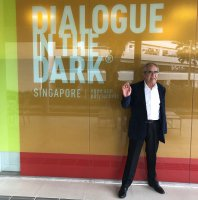 Claude Garrandes devant les locaux de Dialogue in the Dark - Singapore